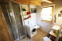 Modernes Bad in unserer Alm-Lodge mit Dusche/Waschmaschine etc.