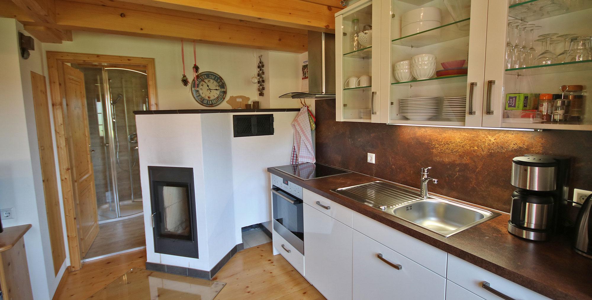 Hochwertige Küche und toller Kachelofen in der Alm-Lodge